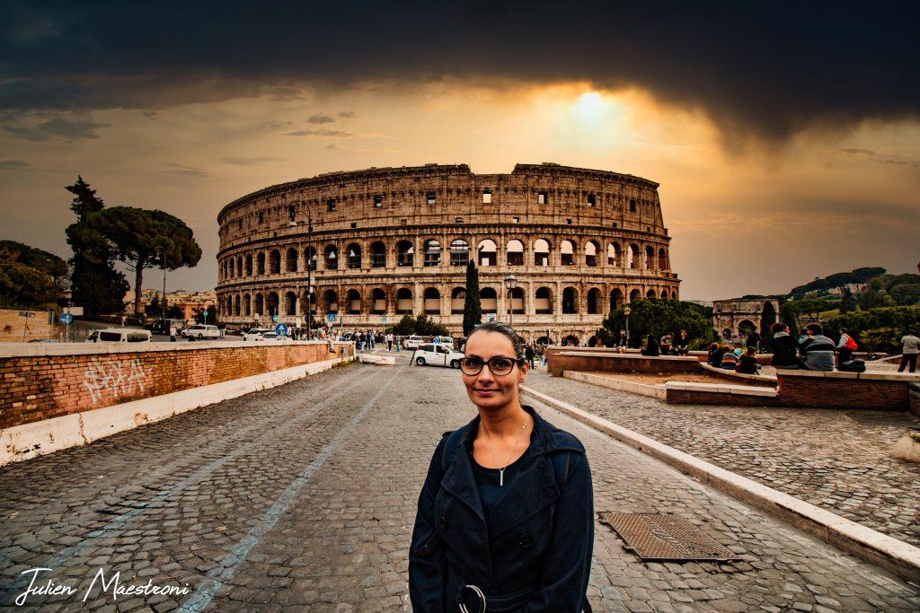 Caroline devant le Colisée